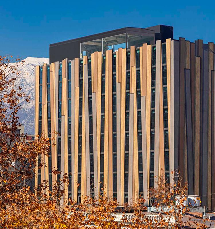 Luftreinigung durch innovative Fassadentechnik - wie nachhaltig können Keramikoberflächen sein?